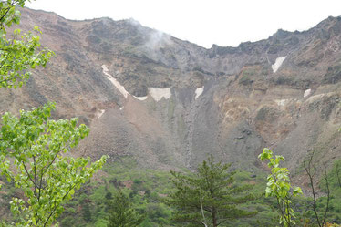 磐梯山の火口、中央右斜面が崩落地