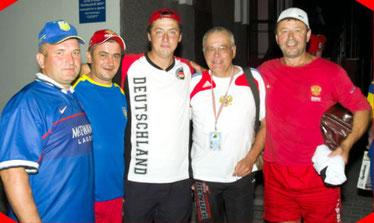 """Abschiedsfoto von der EM 2010 in Weißrussland / Pinsk: MSC-Reporter (2.v.r.) zwischen dem legendären """"TAIGABÄR"""" Alexander Zarew (rechts daneben) und seinem Sohn Vladimir, russischer Nationalspieler"""
