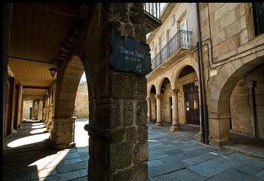 Baixo estos pórticos a anterga Sinagoga