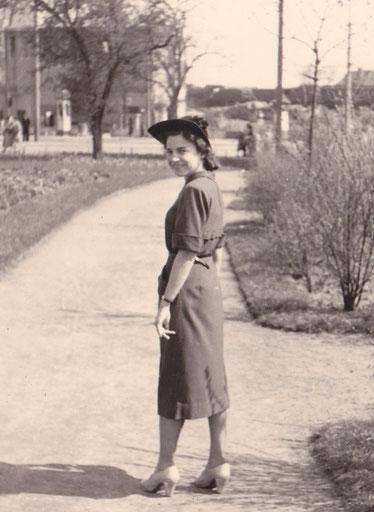Junge Frau am Servatiiplatz um 1950