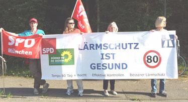 Für ein gemeinsames Ziel: Vertreter von SPD, Grüne und ILT halten den Lärmschutzbanner. - Foto: SPD