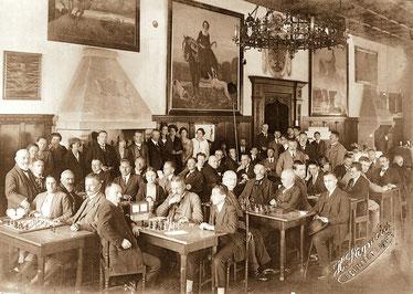 Foto: Hans Stegmeier, Schachclub Neumarkt im Rathaussaal, um 1925 (ganz links: Dr. Magnus Weinberg)