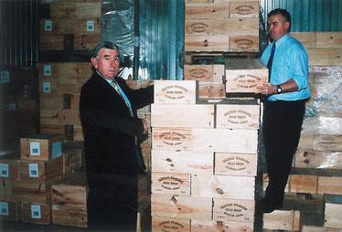 Antoine Polard aux chais de la Scarmor avec Michel Jestin qui a travaillé de nombreuses années à ses côtés