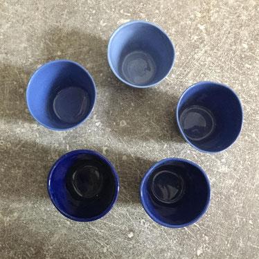Camaïeu bleu. Petites tasses à café en porcelaine. Brigitte Morel