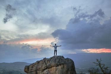 Mann steht auf Berg