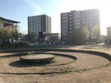 Der Cato-Bontjes-van-Beek-Platz in Bremen-Kattenturm, Bremen Obervieland, wurde 1992 von der Bildhauerin Veronika Maier als Kunstwerk angelegt und gestaltet (Foto: 10-2018, Jens Schmidt)
