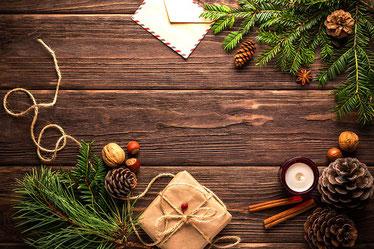 Weihnachtsdeko auf einem Holztisch