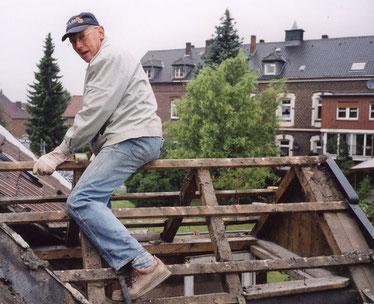 Leo Schulze Althoff hilft beim Bau des Heimathauses
