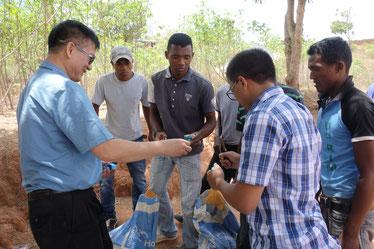 マダガスカルの若者たちにバイオガスの指導をするサッチョン教授とフェトラ博士