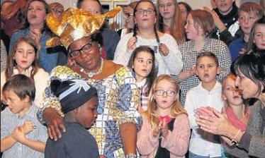 Musik für das Herz: Frau Muwemba trat gemeinsam mit dem Schulchor der Cornelia-Funke-Schule auf. Foto: Jutta Ochs