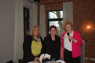 v.l.: Silke Grelle und Andrea Mänz vom Pflegestützpunkt des Landkreises Nienburg,  erste Vorsitzende Imke Wicke