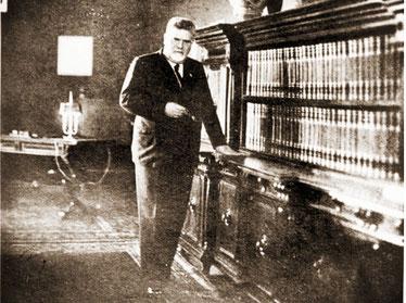 Giovanni Gentile posa davanti all'Enciclopedia Treccani
