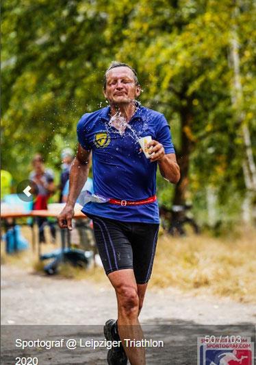 Sylvio Gorecki genießt eine Erfrischung, Bildquelle: https://www.sportograf.com/de/event/6179