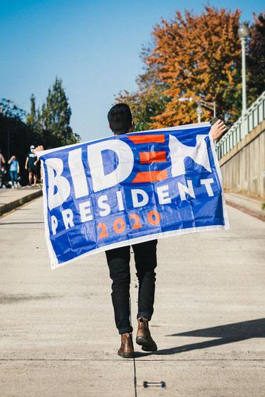 Joe Biden supporter (Source: Gayatri Malhotra – Unsplash).