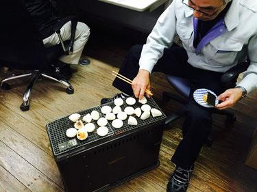 餅焼き番を買って出る神田さん