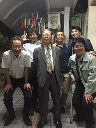 平成11年~14年の高知県からの研修生4名と佐々木社長と私。懇親会後に高知市内にて。