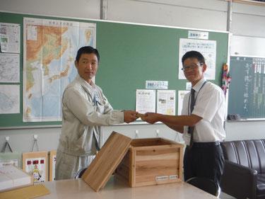 校長先生へ積み木を贈呈