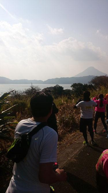 池田湖と開聞岳とそれを撮るランナー
