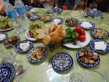 無条件に並べられる一式(パン、野菜、果物、サラダなど)