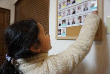 教室に飾られた仲間の写真を嬉しそうに眺める奏の会ピアノ教室生徒