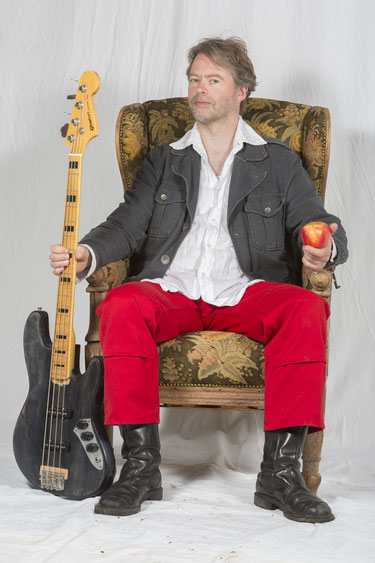 Felix Holzenkamp: Bass, Gesang, Komposition, Texte. KING KARAMEL