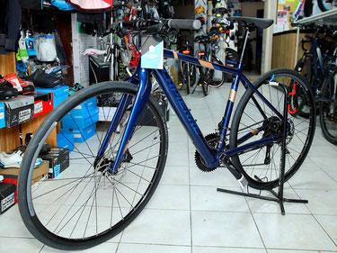 Vélo route électrique, batterie intégrée, guidon plat, axé rando.