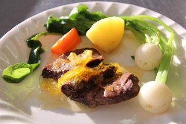 鹿肉のソテーマーマレードソースと付け合せの野菜の写真