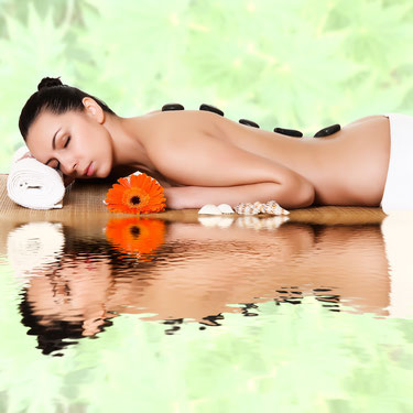 Dame bei Hot Stone Therapie