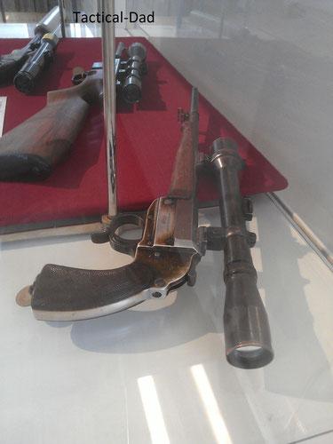 """Wildererwaffen im Jagdmuseum. Vermutlich auf Basis einer Walther Leuchtpistole Kal. 4 hergestellt.  Dahinter ein Landmann .22lfB Halbautomat der bereits """"ab Werk"""" sehr gut für illegale Aktivitäten geeignt war."""
