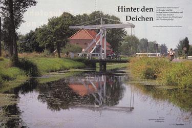 Eine der typischen Klappbrücken im Fehngebiet Ostfrieslands.