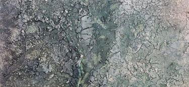 De structuur van Craquelé met blauwgrijze tinten, als een soort vorstlaag in de winter.