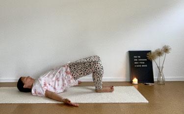 Yoga - Schulterbrücke als Variation