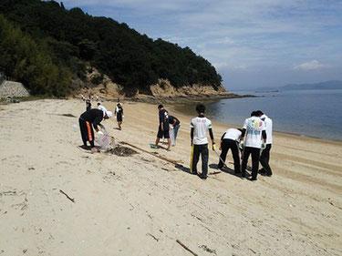 梶子島 海岸清掃の様子