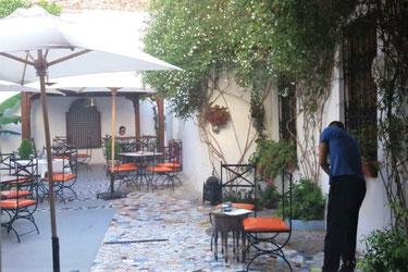 テトワン夕食の会場、リアド・ブランコ。可愛い雰囲気の屋外でモロッコ料理をお召しがガリ下さい。