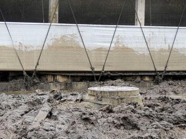 Der Schlamm schwappte bis in die Ställe der benachbarten Milchviehanlage.