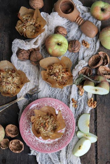 Apfelmuffins auf einem Tisch