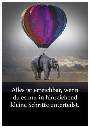Bild: Elefant hängt an einem bunten Heißluftballon in der Luft. Darunter Text: Alles ist erreichbar, wenn du es nur in hinreichend kleine Schritte unterteilst.