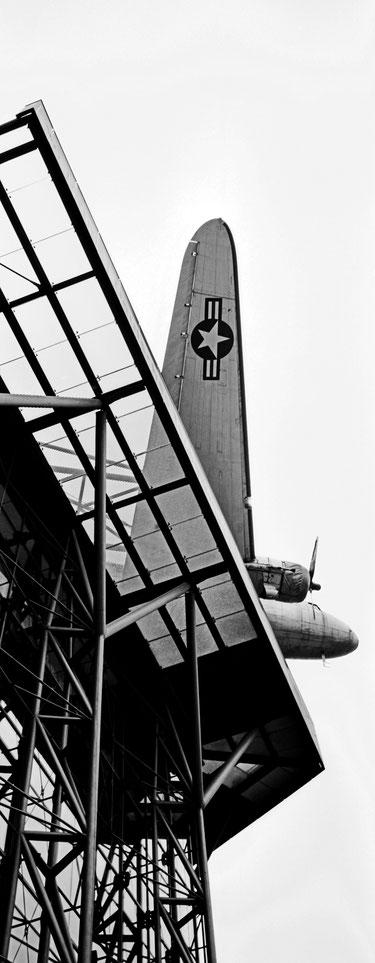 Das Deutsches Technikmuseum in Berlin als vertikales Panorama-Foto in Schwarzweiß