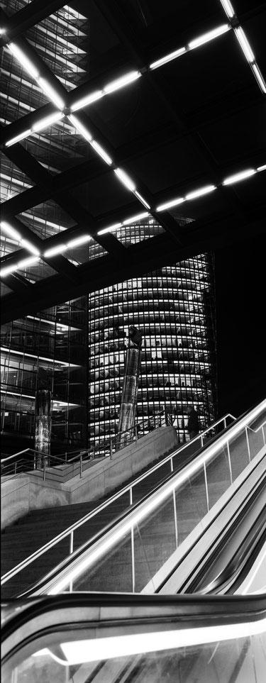 Der Potzdamer Platz in Berlin als vertikales Panorama-Foto in Schwarzweiß