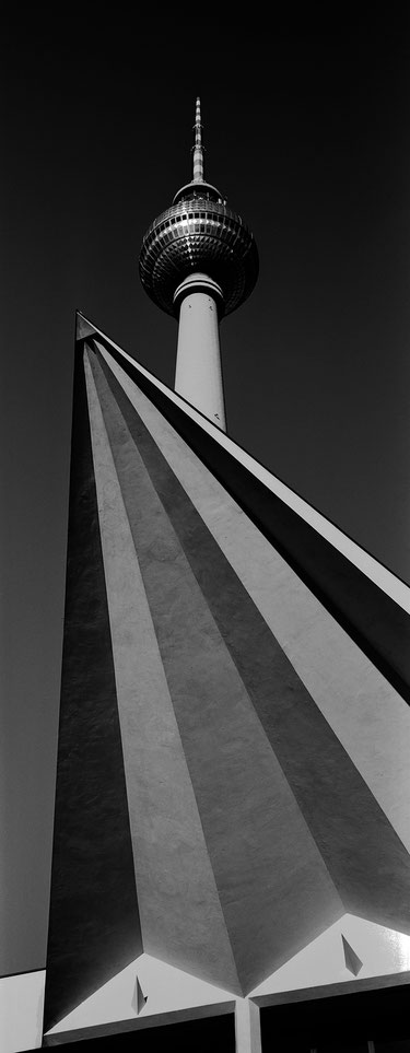 Der Fernsehturm in Berlin als vertikales Panorama-Foto in Schwarzweiß