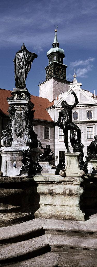 Der Innenhof der Residenz in München als vertikales Panorama-Foto in Farbe