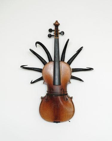 Telepathische Existenz, Geige, Gemsenhörner, 58 x 42 x 14 cm, 2016
