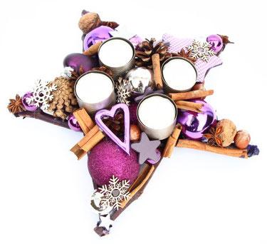 Tischdekoration mit Teelichtern in violett