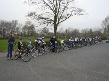 Bevor die Kinder starten, werden die Fahrräder intensiv überprüft.