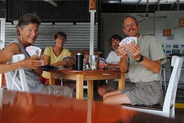 ....und Spaß zwischendurch mit Bob und Anne von der SY Baloo beim Wizzard Kartenspiel