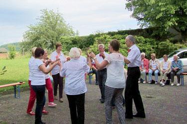 Die Tänzerinnen und Tänzer in Aktion.  (Foto: C.Schneider)