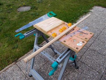 Matériel nécessaire à la fabrication du cheval de bois Beau Prince : une chute de bois et un manche en bois