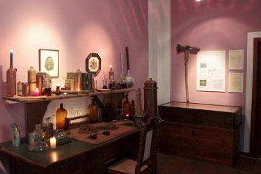 Alchemistentisch von Irmgard Eckert mit Wurzelsammlerecke