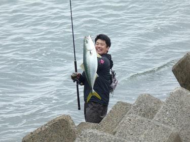 店の下で釣っていたお兄ちゃん。見せて~と言うと重たいと言いながら笑顔。