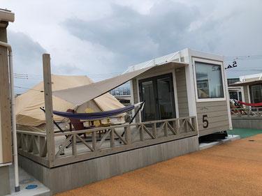 四角のトレーラーハウスが雨の時などにぬれずにBBQ出来るよう配慮されています。
